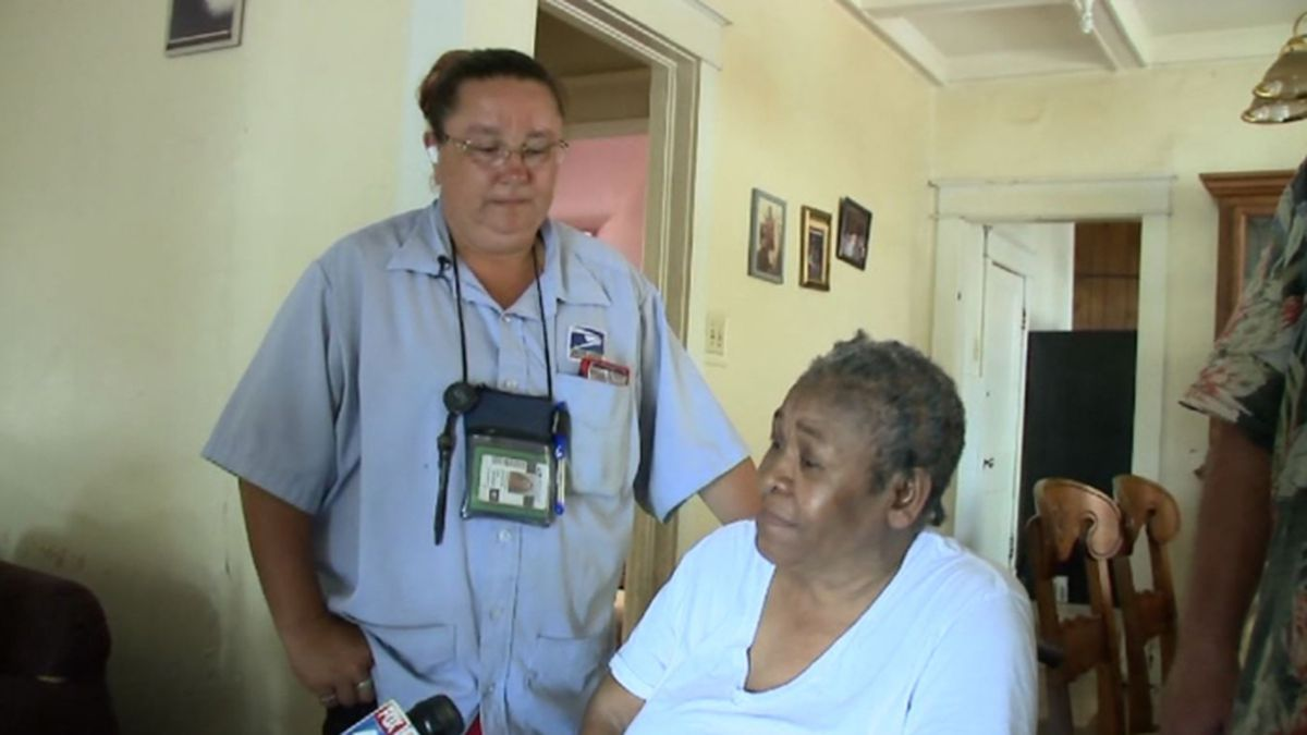 Mail carrier Christy Zahnter rallied a neighborhood to find a window air conditioner for Lovie Weekly. Weekly hadn't had an air conditioner for years. (Source: WDAF/CNN)